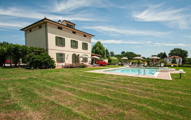 Una vista della Villa con piscina