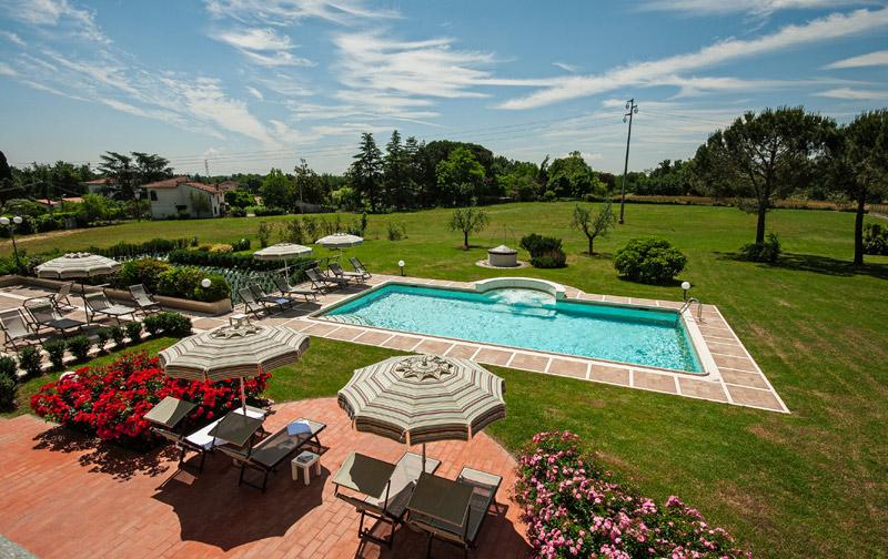 Ombrelloni e sdraio intorno alla piscina della villa