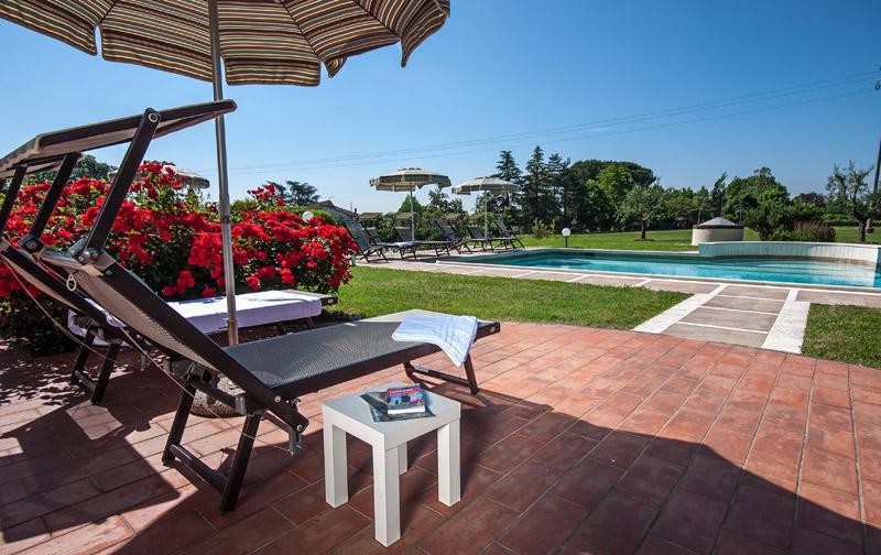 Nella nostra villa è possibile rilassarsi a bordo piscina
