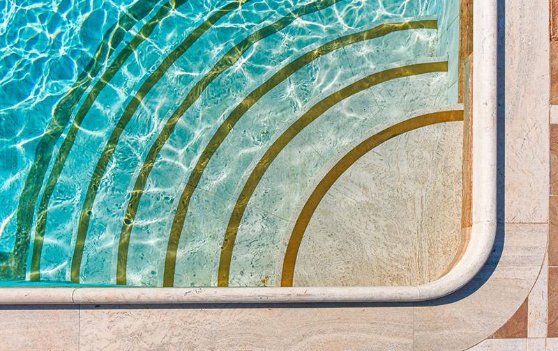 Piscina in pietra naturale di travertino con idromassaggio