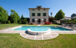 Vista della Villa con piscina vicino a pisa
