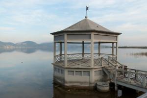 Il suggestivo scenario del lago tanto caro a Puccini